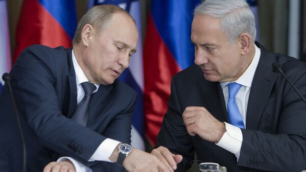 Russian President Vladimir Putin, left, speaks with Israeli Prime Minister Benjamin Netanyahu as they prepare to deliver joint statements after their meeting and a lunch in the Israeli leader's Jerusalem residence, June 25, 2012 - Sputnik International