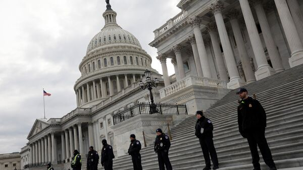 Capitol Hill Police officers look on as activists gather at the US Capitol to protest President Donald Trump's executive actions on immigration in Washington January 29, 2017 - Sputnik International