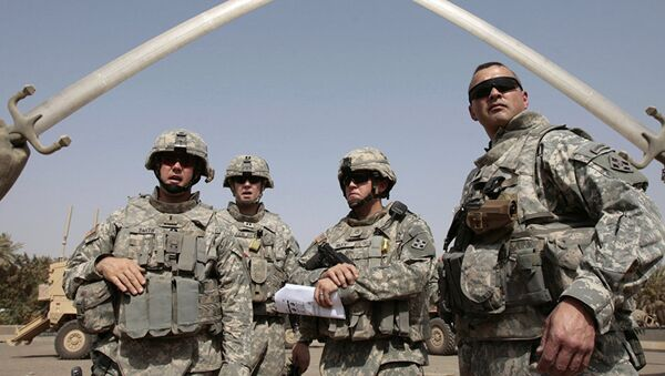 US soldiers stand near the landmark Hands of Victory, built by executed Iraqi president Saddam Hussein to commemorate Iraq's victory in the Iran-Iraq war, inside Baghdad's Green Zone as they prepare to go on a mission on 5 July 2008. - Sputnik International