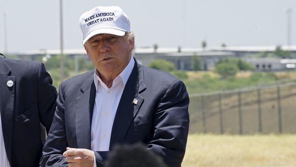 Donald Trump attends a news conference near the U.S.-Mexico border - Sputnik International