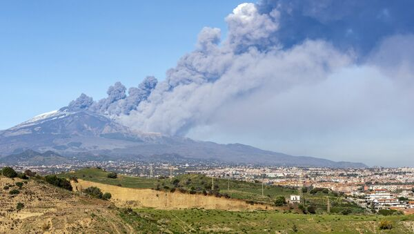 A smoke column comes out of the Etna volcano in Catania, Italy, Monday, Dec. 24, 2018 - Sputnik International