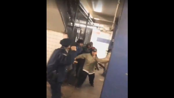 New York officer involved in subway brawl praised for his bravery and extraordinary professionalism by officials. - Sputnik International