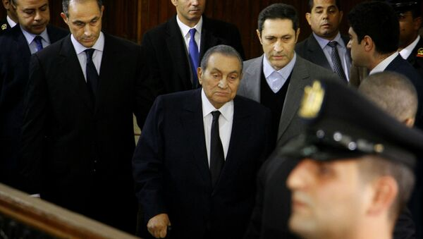 Former Egyptian President Hosni Mubarak, center, arrives with his sons Alaa, left, and Gamal, right, to testify, in a courtroom at the National Police Academy in Cairo, Egypt, Wednesday, Dec. 26, 2018. - Sputnik International