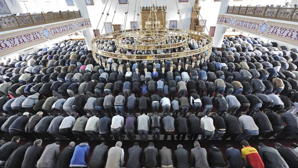 Muslims pray at a mosque for the Eid al-Fitr holiday, which marks the end of the holy Muslim fasting month of Ramadan in Duisburg, western Germany (File) - Sputnik International