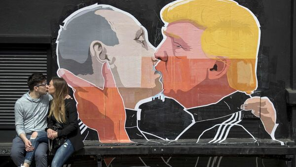 FILE - In this Saturday, May 14, 2016 file photo a couple kisses in front of graffiti depicting Russian President Vladimir Putin, left, and Republican presidential candidate Donald Trump, on the walls of a bar in the old town in Vilnius, Lithuania - Sputnik International