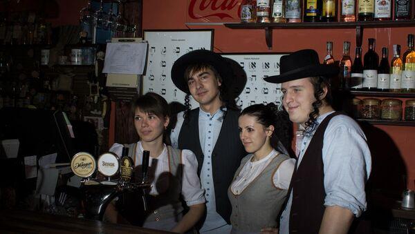 Workers at a restaurant in Lviv, Ukraine, dress up as cartoonish versions of Orthodox Jews. - Sputnik International