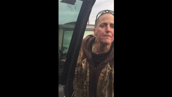 US woman goes on racist rant and brandishes knife on family in Oregon - Sputnik International