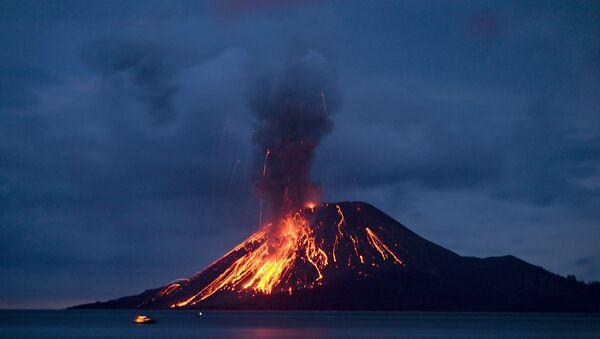 The Anak Krakatau (Child of Krakatau) volcano sends up powerful clouds of hot gasses, rocks, and lava - Sputnik International