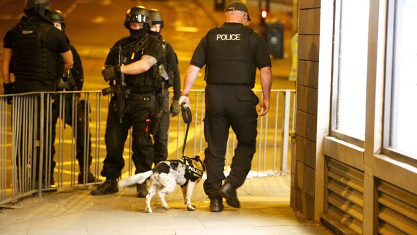 Armed police officers stand near the Manchester Arena - Sputnik International