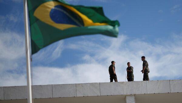 Brazilian Army soldiers are seen near the Brazilian flag - Sputnik International