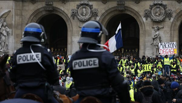 French mounted police stand in front protesters wearing yellow vests - Sputnik International