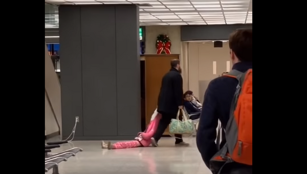 Making Flights, Not Fights: Fed Up Father Drags Daughter Through Airport - Sputnik International