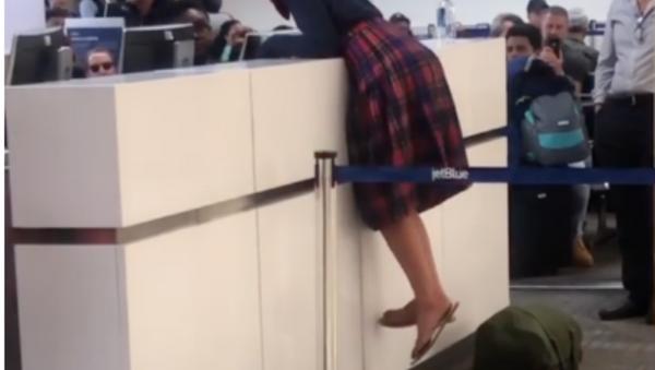 Woman has outburst at US airport - Sputnik International