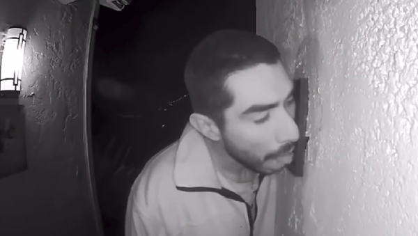 33-year-old Roberto Daniel Arroyo is caught on security footage licking a family's doorbell for three hours early Saturday morning - Sputnik International
