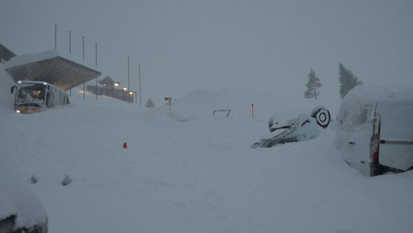 Snow covers vehicles at Santis-Schwaegalp mountain area after an avalanche, in Switzerland January 10, 2019 - Sputnik International