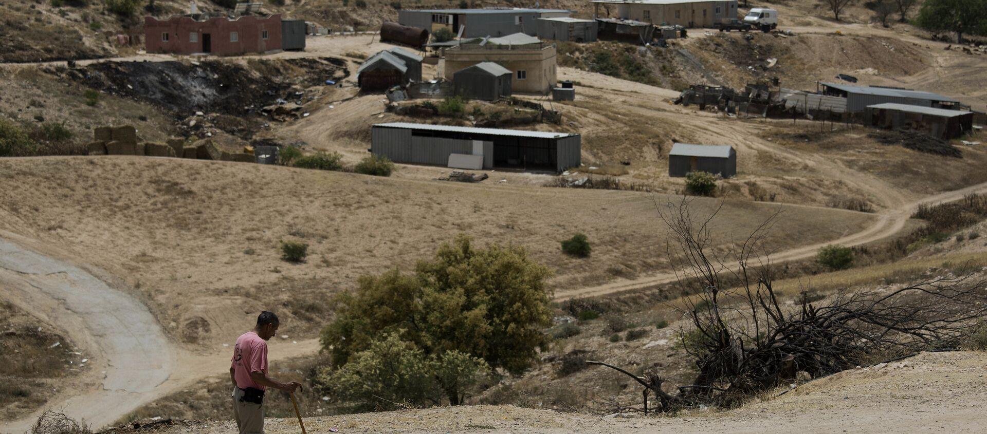 In this May 12, 2015 file photo, a Bedouin man walks through the village of Umm Al-Hiran in the Israeli Negev desert - Sputnik International, 1920, 28.06.2021