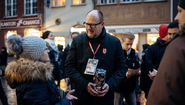 Gdansk's Mayor Pawel Adamowicz speaks with people as he collects money for the Great Orchestra of Christmas Charity in Gdansk, Poland January 13, 2019 - Sputnik International