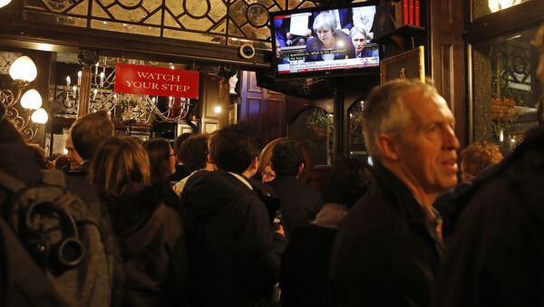 Drinkers watch a television screen in the Red Lion public house on Whitehall, as it shows Britain's Prime Minister Theresa May speaking in the House of Commons in London on January 15, 2019, before MPs vote on the government's Brexit deal - Sputnik International