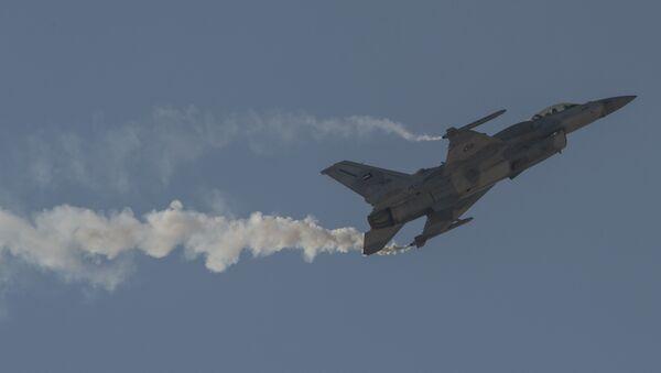 An F-16 Desert Falcon of the United Arab Emirates maneuvers at the Bahrain International Airshow in 2016. - Sputnik International
