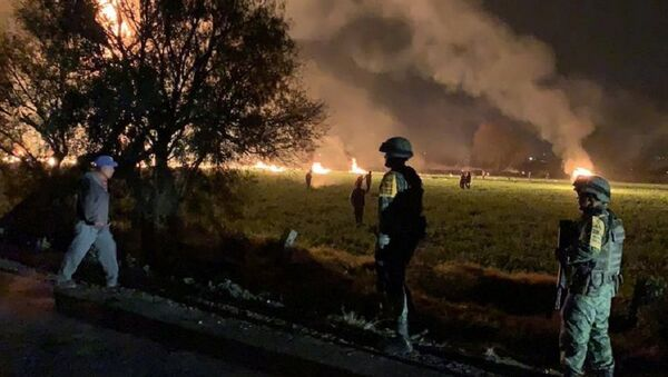 Military personnel watch as flames engulf an area after a ruptured fuel pipeline exploded, in the municipality of Tlahuelilpan, Hidalgo, Mexico, near the Tula refinery of state oil firm Petroleos Mexicanos (Pemex), January 18, 2019 in this handout photo provided by the National Defence Secretary (SEDENA) - Sputnik International