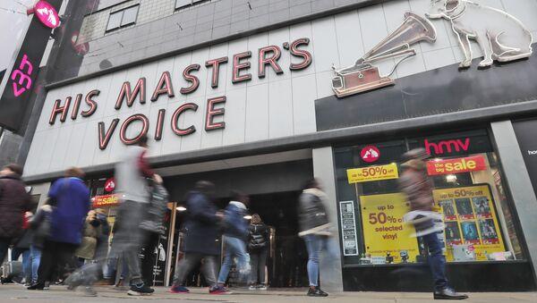 People pass an HMV shop in London - Sputnik International