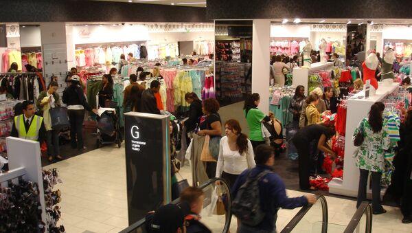 Shoppers in Primark - Sputnik International