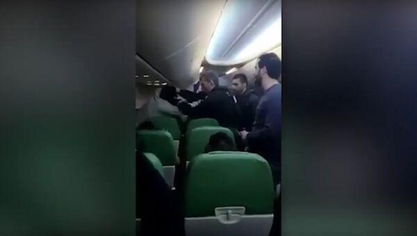 Transavia Passenger Shouts 'Allahu Akbar' And Tries To Enter Cockpit As Plane Is Diverted - Sputnik International
