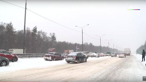 Scene of one of the multi-car pileups outside Moscow. - Sputnik International