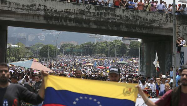 Opposition protesters in Venezuela shut down highways, bridges and other infrastructure as pressure mounts on President Nicolas Maduro to resign in favor of new elections - Sputnik International