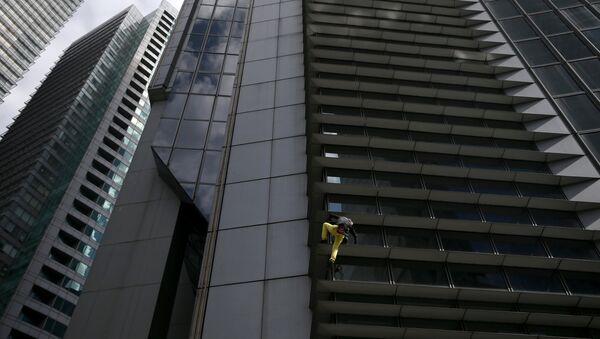 French climber Robert scales the 47-storey GT International Tower in Makati City - Sputnik International