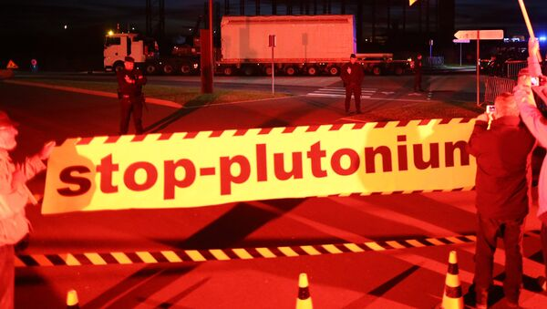 Greenpeace activists protest against a convoy transporting radioactive fuel with MOX (plutonium) from Beaumont-Hague to Cherbourg commercial port, where the plutonium is due to be shipped to Japan, on July 5, 2017 in Cherbourg-Octeville, northwestern France. - Sputnik International