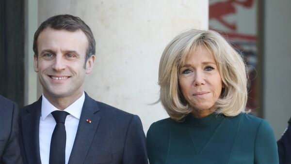 French President Emmanuel Macron (L) and his wife Brigitte Macron wait for the arrival of Quebec's Prime Minister at the Elysee Palace in Paris on January 21, 2019. - Sputnik International