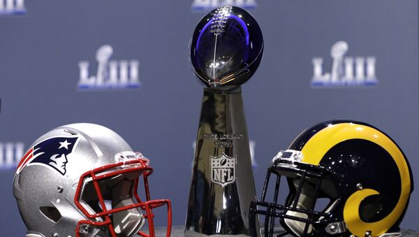 The helmets of the New England Patriots and the Los Angeles Rams next to the Superbowl trophy - Sputnik International