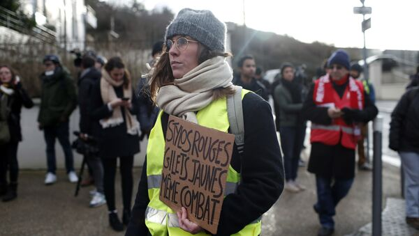 A protestor holds a placard reading Red pens, yellow vests, same struggle during a demonstration of unionist and yellow vests, in Creteil, outside Paris, Wednesday, Jan. 9, 2019 - Sputnik International