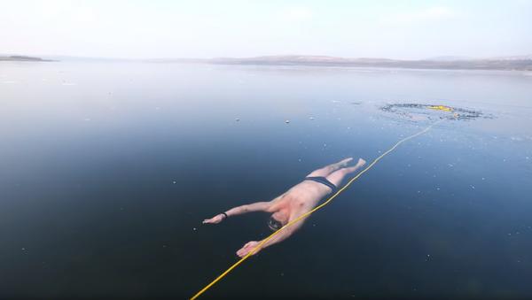 Thrills & Chills: Czech Freediver Swims Under Clear Frozen Lake - Sputnik International