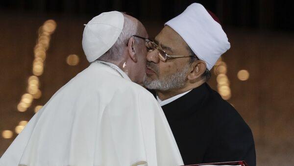 Pope Francis Hugs Sheikh Ahmed el-Tayeb, the Grand Imam of Egypt's Al-Azhar - Sputnik International