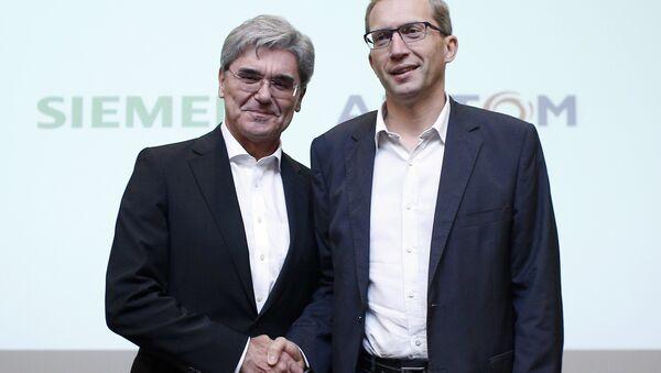 Alstom CEO Henri Poupart-Lafarge, right, shakes hands with Siemens CEO Joe Kaeser in Paris (File) - Sputnik International