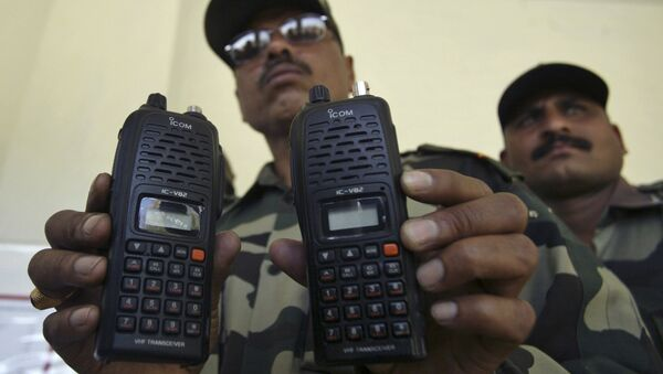 An Indian army officer displays satellite phones at Nagrota military station on the outskirts of Jammu, India, Monday, March 29, 2010 - Sputnik International