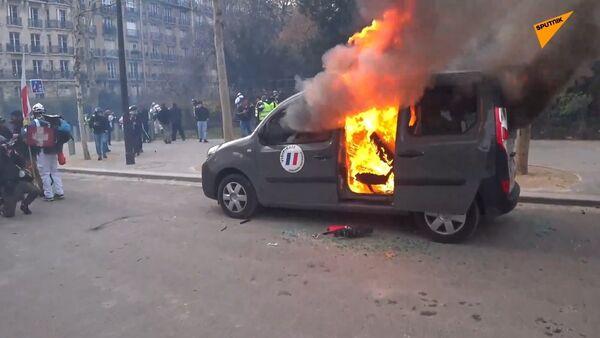 A car set afire amid Yellow Vests protests in Paris - Sputnik International