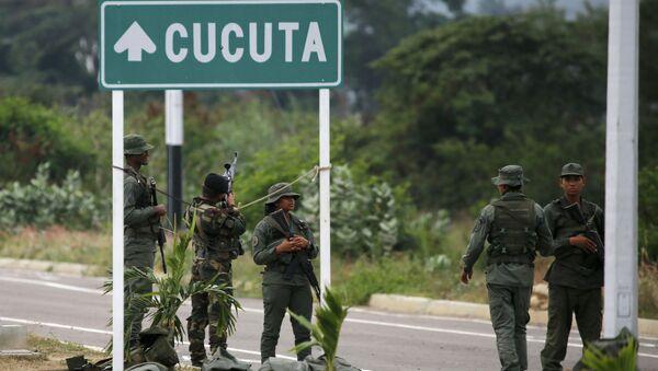 Venezuelan Army Soldiers Stand at Tienditas International Bridge - Sputnik International