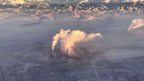 smoke stacks near the city of Urumqi China's northwestern region of Xinjiang - Sputnik International