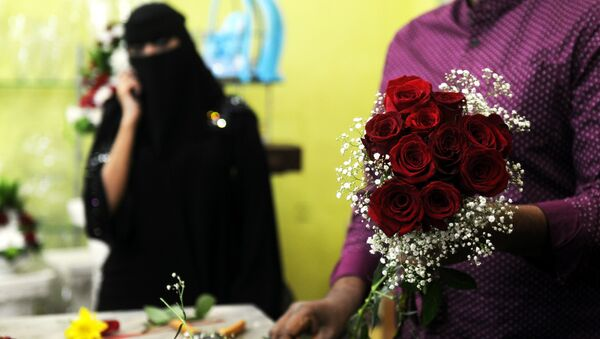 A florist prepares a Valentine's Day bouquet of flowers for a Saudi client at a flower shop in Jeddah on February 14, 2018 - Sputnik International