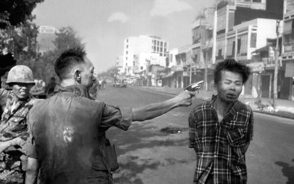 South Vietnamese General Nguyen Ngoc Loan, chief of the National Police, fires his pistol into the head of suspected Viet Cong officer Nguyen Van Lem (also known as Bay Lop) on a Saigon street, Feb. 1, 1968, early in the Tet Offensive - Sputnik International
