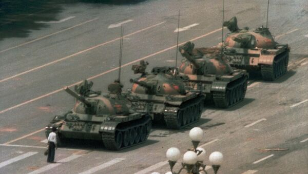 A Chinese man stands alone to block a line of tanks heading east on Beijing's Cangan Blvd. in Tiananmen Square on June 5, 1989 - Sputnik International