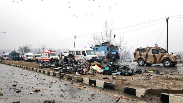 Indian soldiers examine the debris after an explosion in Lethpora in south Kashmir's Pulwama district February 14, 2019 - Sputnik International