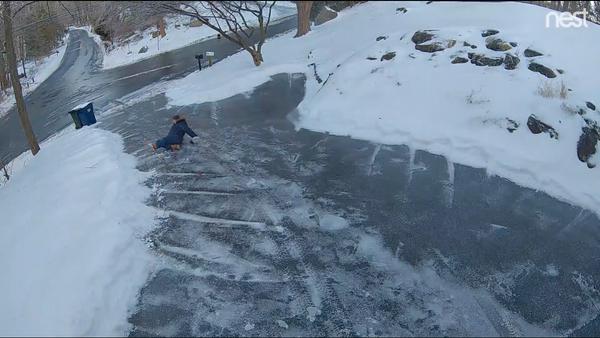 Salty Surprise: Homeowner Slips and Slides Down Driveway - Sputnik International