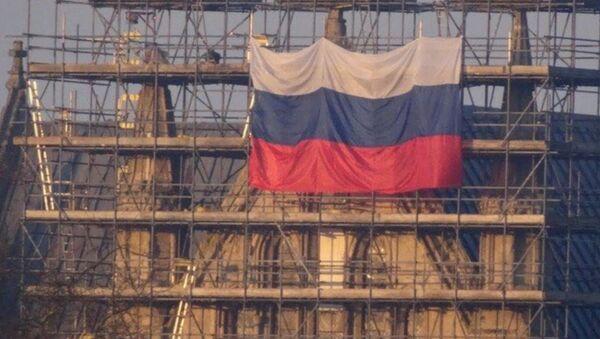 Russian Flag Unfurled on Salisbury Cathedral in UK - Sputnik International