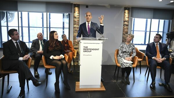 Labour MP Chuka Umunna, center, speaks to the media during a press conference with a group of six other Labour MPs, in London, Monday, Feb. 18, 2019. - Sputnik International