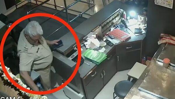 Viral video: Mumbai cop smashes liquor bottles in bar 'open till 3am' - Sputnik International