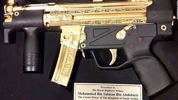 Pakistani senators gave bin Salman this gold-plated gun - Sputnik International